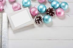 Bolas cor-de-rosa e azuis do Natal com caixa de presente e papel de envolvimento Imagens de Stock