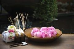 Bolas da compressa da massagem dos termas, bola erval com termas dos treaments e lótus, Tailândia, foco macio Foto de Stock Royalty Free