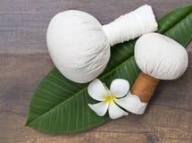 Bolas da compressa da massagem dos termas, bola erval nas folhas com flor dos termas, Tailândia, foco seleto Fotografia de Stock