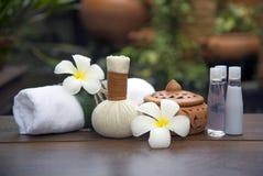 Bolas da compressa da massagem dos termas, bola erval no de madeira com termas dos treaments, Tailândia, foco macio Imagem de Stock