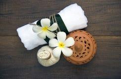 Bolas da compressa da massagem dos termas, bola erval no de madeira com termas dos treaments, Tailândia, foco macio Fotos de Stock