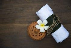 Bolas da compressa da massagem dos termas, bola erval no de madeira com termas dos treaments, Tailândia, foco macio Imagens de Stock Royalty Free