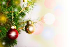 Bolas da decoração do Natal na árvore Foto de Stock