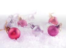 Bolas da decoração do Natal na neve profunda A imagem tem um efeito do vintage aplicado Molde do cartão Feriado de inverno Fotos de Stock Royalty Free