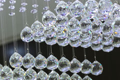 Bolas da iluminação no candelabro nos bulbos da luz de lâmpada que penduram das lâmpadas do teto, Dubai o 28 de junho de 2017 Imagem de Stock Royalty Free