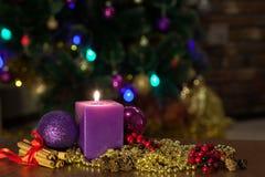 Bolas da vela e do Natal com decoração do inverno fotografia de stock royalty free