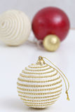 Bolas das decorações do Natal e árvore de Natal Fotografia de Stock