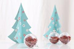 Bolas das decorações do Natal e árvore de Natal Foto de Stock