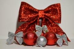 Bolas das decorações do Natal em um fundo da curva Fotografia de Stock