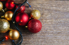 Bolas das decorações do Natal em um fundo de madeira Imagem de Stock