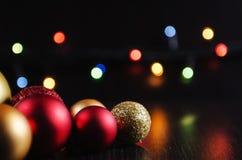 Bolas das decorações do Natal em um fundo escuro Fotografia de Stock Royalty Free
