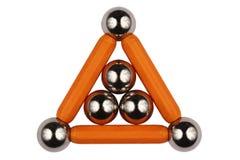 Bolas de acero y palillos en la forma de un triángulo, aislada en el fondo blanco imagen de archivo libre de regalías