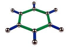 Bolas de acero y palillos en la forma de una molécula del anillo de benceno, aislada en el fondo blanco foto de archivo