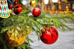 Bolas de adornamiento rojas y de oro en el árbol de navidad Fotografía de archivo libre de regalías