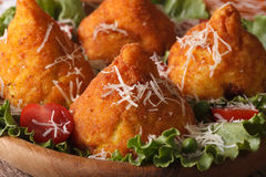 Bolas de arroz de Arancini com close-up da carne e do queijo horizontal Imagens de Stock Royalty Free