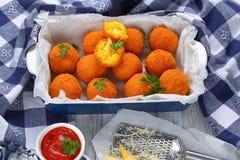 Bolas de arroz do açafrão enchidas com queijo Imagem de Stock