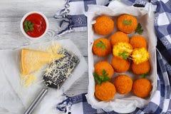 Bolas de arroz do açafrão enchidas com queijo Imagens de Stock Royalty Free
