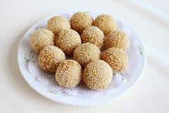 Bolas de arroz pegajosas fritas con sésamo Foto de archivo libre de regalías