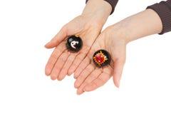 Bolas de Baoding no mãos fêmeas Imagens de Stock