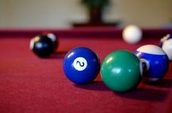 Bolas de bilhar da associação ajustadas na mesa de bilhar de feltro Foto de Stock Royalty Free