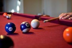 Bolas de bilhar da associação ajustadas na mesa de bilhar de feltro Imagem de Stock