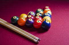 Bolas de bilhar da associação na tabela de feltro do vermelho Fotos de Stock Royalty Free