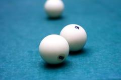 Bolas de bilhar em uma mesa de bilhar imagens de stock royalty free