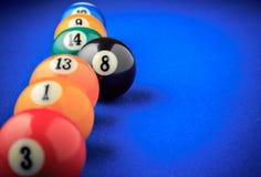 Bolas de bilhar em uma mesa de bilhar azul Foto de Stock