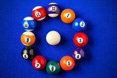 Bolas de bilhar em uma mesa de bilhar azul Imagens de Stock