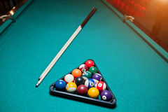 Bolas de bilhar em uma mesa de bilhar no triângulo com sugestão do bilhar Fotografia de Stock Royalty Free