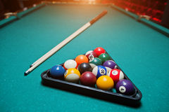Bolas de bilhar em uma mesa de bilhar no triângulo com sugestão do bilhar Fotos de Stock Royalty Free