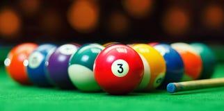 Bolas de bilhar em uma mesa de bilhar verde Fotos de Stock