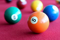 Bolas de bilhar em uma tabela do vermelho da associação Imagem de Stock