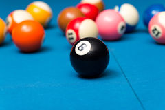 Bolas de bilhar na tabela azul Fotografia de Stock Royalty Free