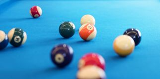 Bolas de billar del primer en una mesa de billar Fotos de archivo libres de regalías