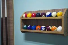 Bolas de billar en el estante Fotos de archivo