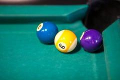 Bolas de billar en la mesa de billar Imagen de archivo