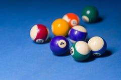 Bolas de billar en la tabla azul de la piscina - fondo del deporte imagen de archivo