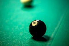 Bolas de billar en mesa de billar Imagenes de archivo