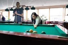 Bolas de billar en un fondo de la mesa de billar Imagen de archivo