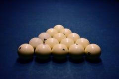 Bolas de billar en una mesa de billar azul imagen de archivo
