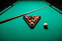Bolas de billar en una mesa de billar Foto de archivo