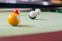 Bolas de billar en una mesa de billar Imagen de archivo