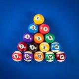 Bolas de billar en una mesa de billar Fotos de archivo libres de regalías