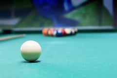 Bolas de billar en una mesa de billar Imagen de archivo libre de regalías