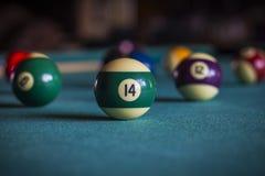 Bolas de billar en una mesa de billar Fotografía de archivo libre de regalías