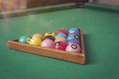Bolas de billar en una mesa de billar Fotos de archivo