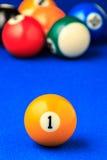 Bolas de billar en una mesa de billar azul Imagen de archivo libre de regalías