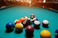 Bolas de billar en una mesa de billar después del lanzamiento Imagen de archivo libre de regalías