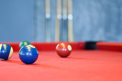 Bolas de billar en una mesa de billar roja Imagenes de archivo